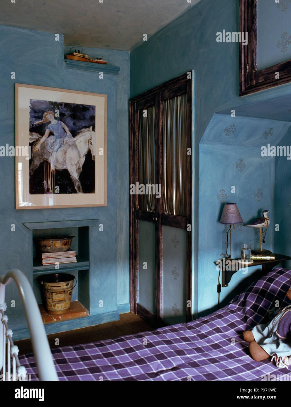Grand tableau au-dessus de l\'alcôve d\'étagères dans la chambre de l ...