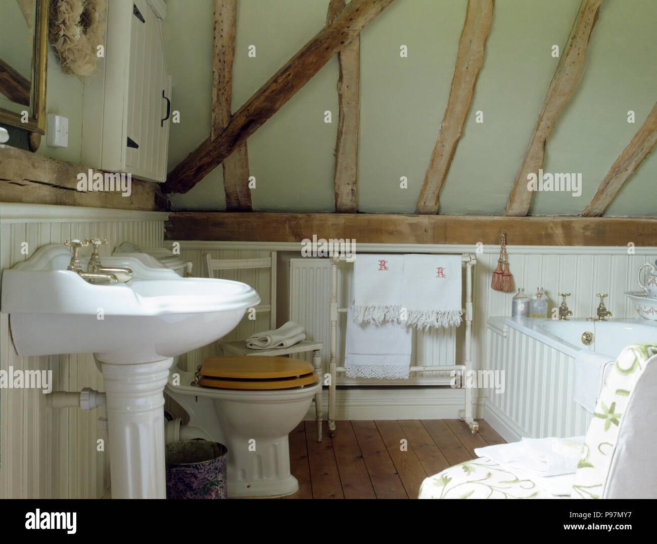 Blanc Lavabo Et Toilettes Avec Une Assise En Bois Dans Une Salle De