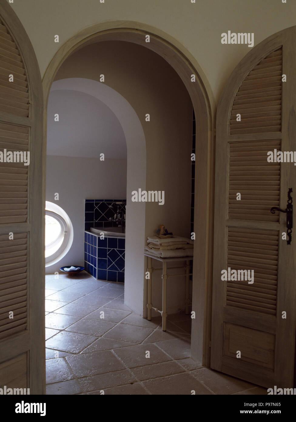 Salle De Bain Provencale portes cintrées, d'une salle de bains privative avec