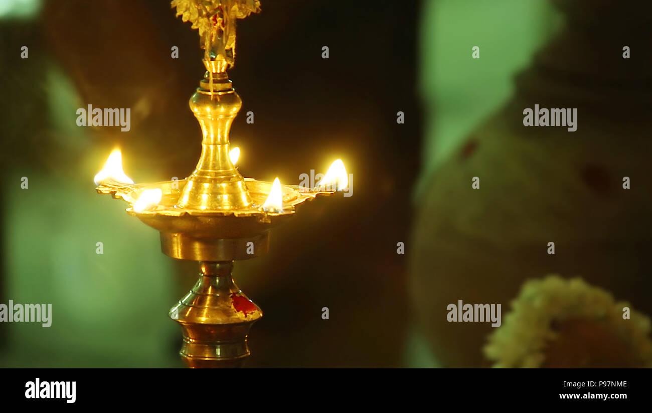 Lampe A Huile Traditionnelle Indienne Avec Flamme Banque D Images