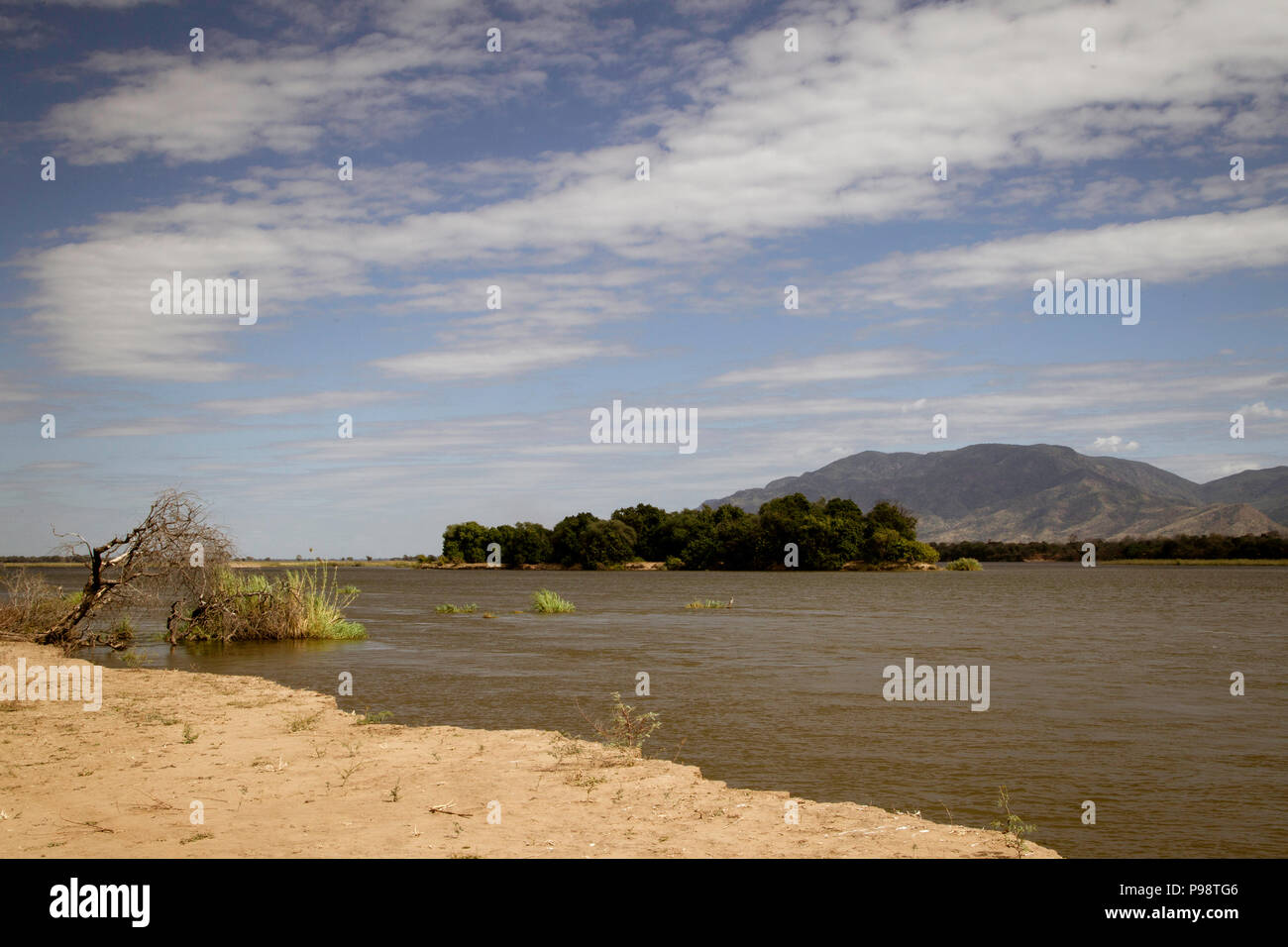 Vue sur le fleuve Zambèze à Mana Pools, au Zimbabwe, en regardant vers la Zambie Photo Stock