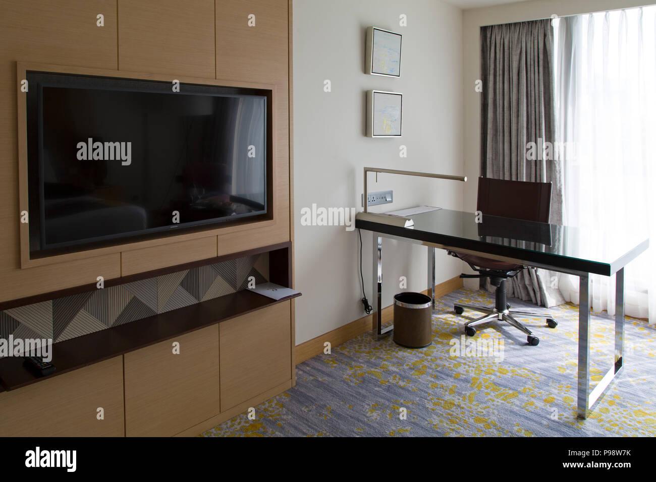 La télévision et bureau dans une chambre à l\'hôtel Cinnamon Grand à ...