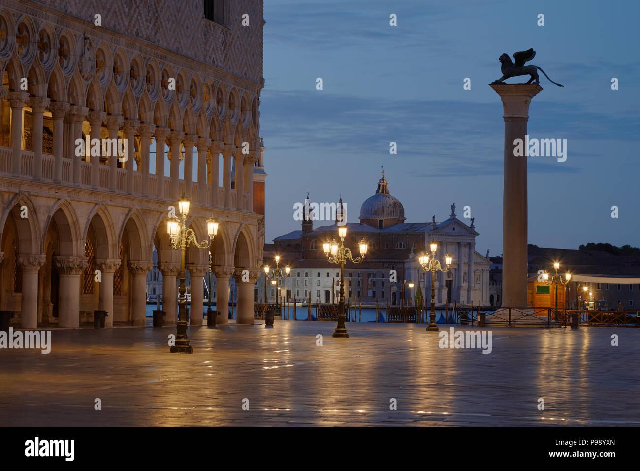 La place San Marco avec lion sur colonne et basilique San Giorgio Maggiore personne avant le lever du soleil à Venise, Italie Banque D'Images
