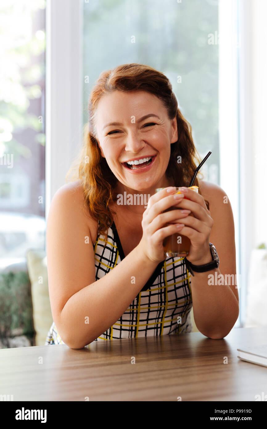 Mature femme en riant tout en communiquant avec mari Photo Stock