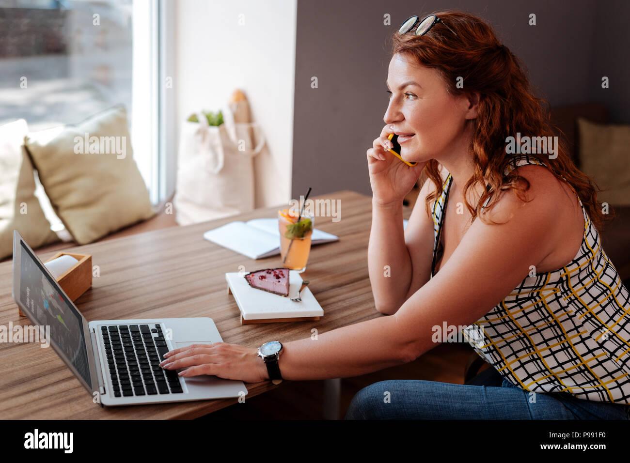 Femme d'Occupé appelant son partenaire en affaires Photo Stock