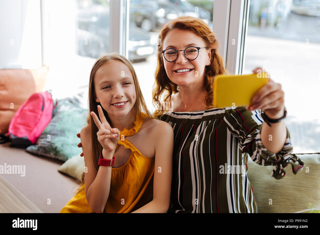 Mère amoureuse moderne faisant fille adolescente avec selfies Photo Stock