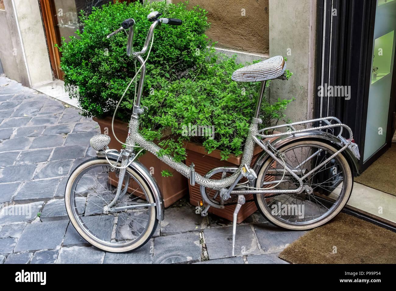 Vélo Rhinestone garé en face d'une boutique. Écologique Alternative tran sport. Concept vert. Rare, frais et original. Photo Stock