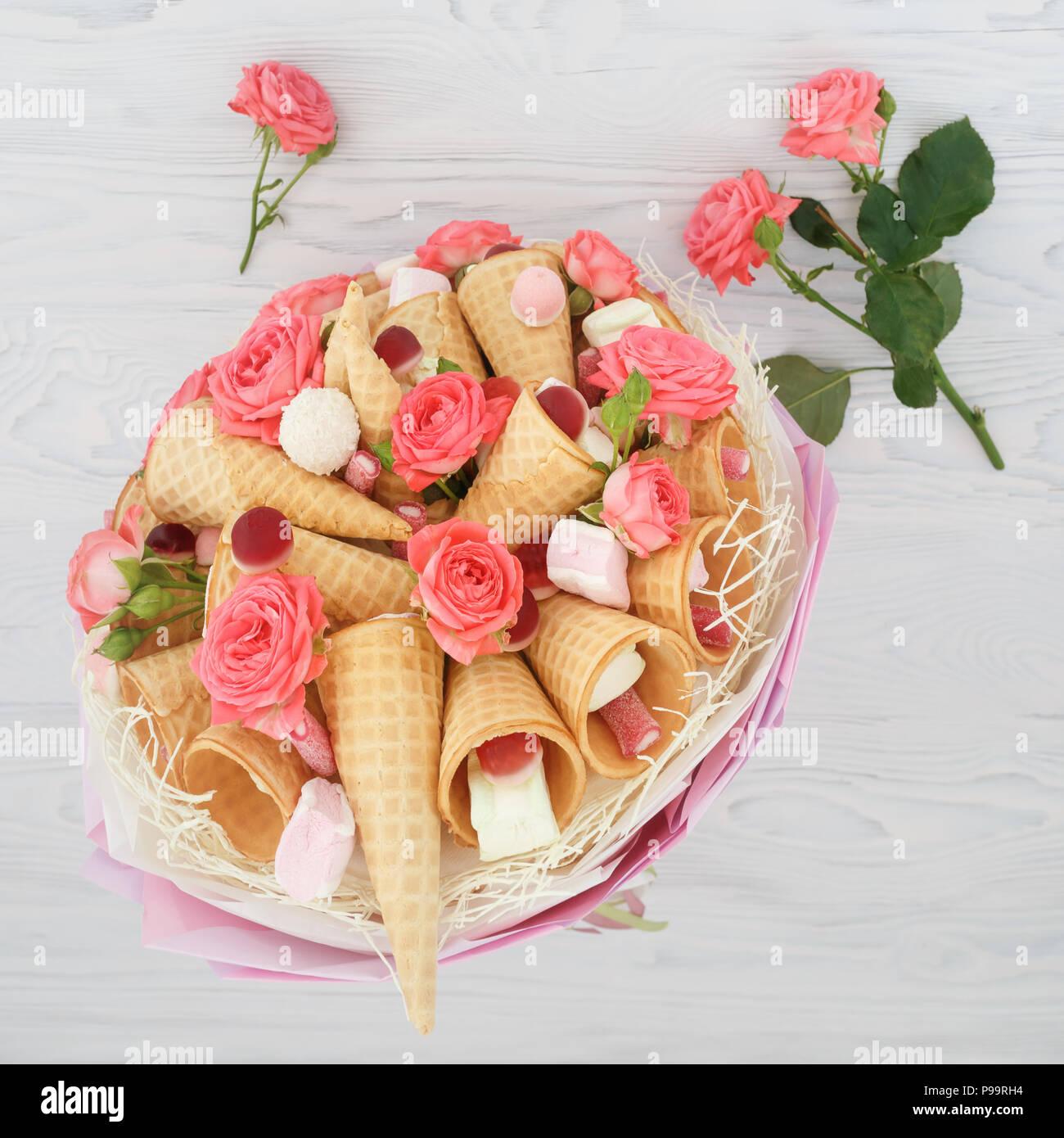 Bouquet Original Composé De Fleurs De Roses Cônes Alvéolés