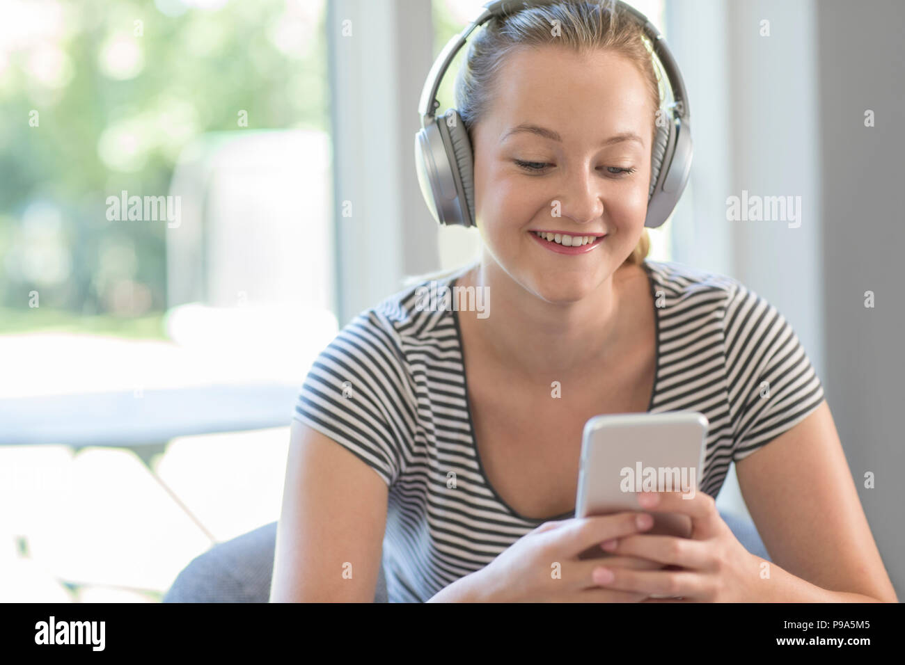 Femme à La Maison Deau De La Musique à Partir Dun Téléphone
