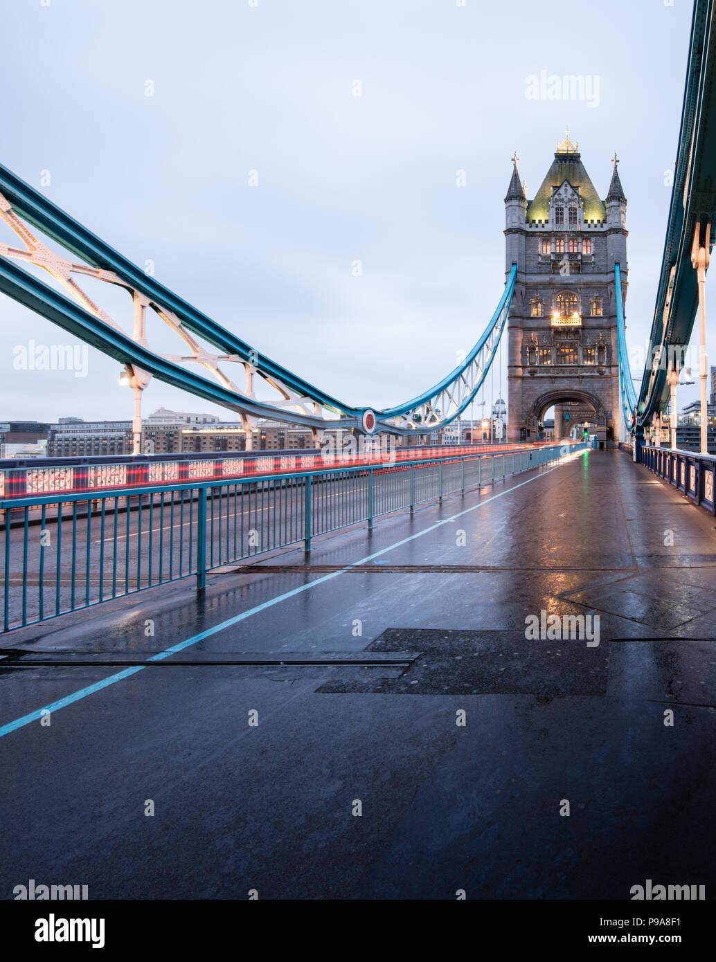 Tôt le matin vue portrait de Tower Bridge, Londres, sur une morne journée humide, et avec légèreté de la circulation Photo Stock
