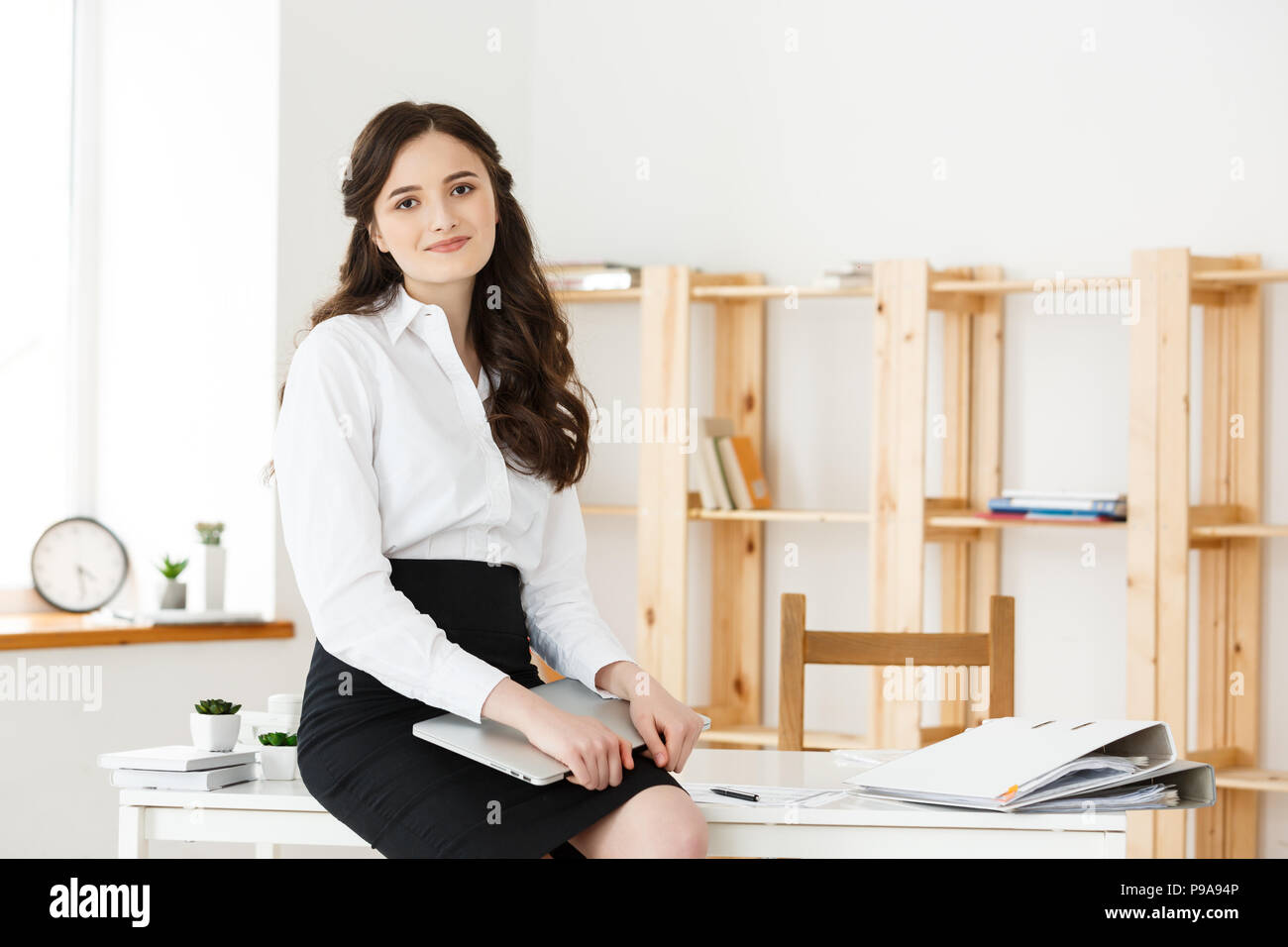Happy young business woman ou secretary holding document dans modern office Photo Stock