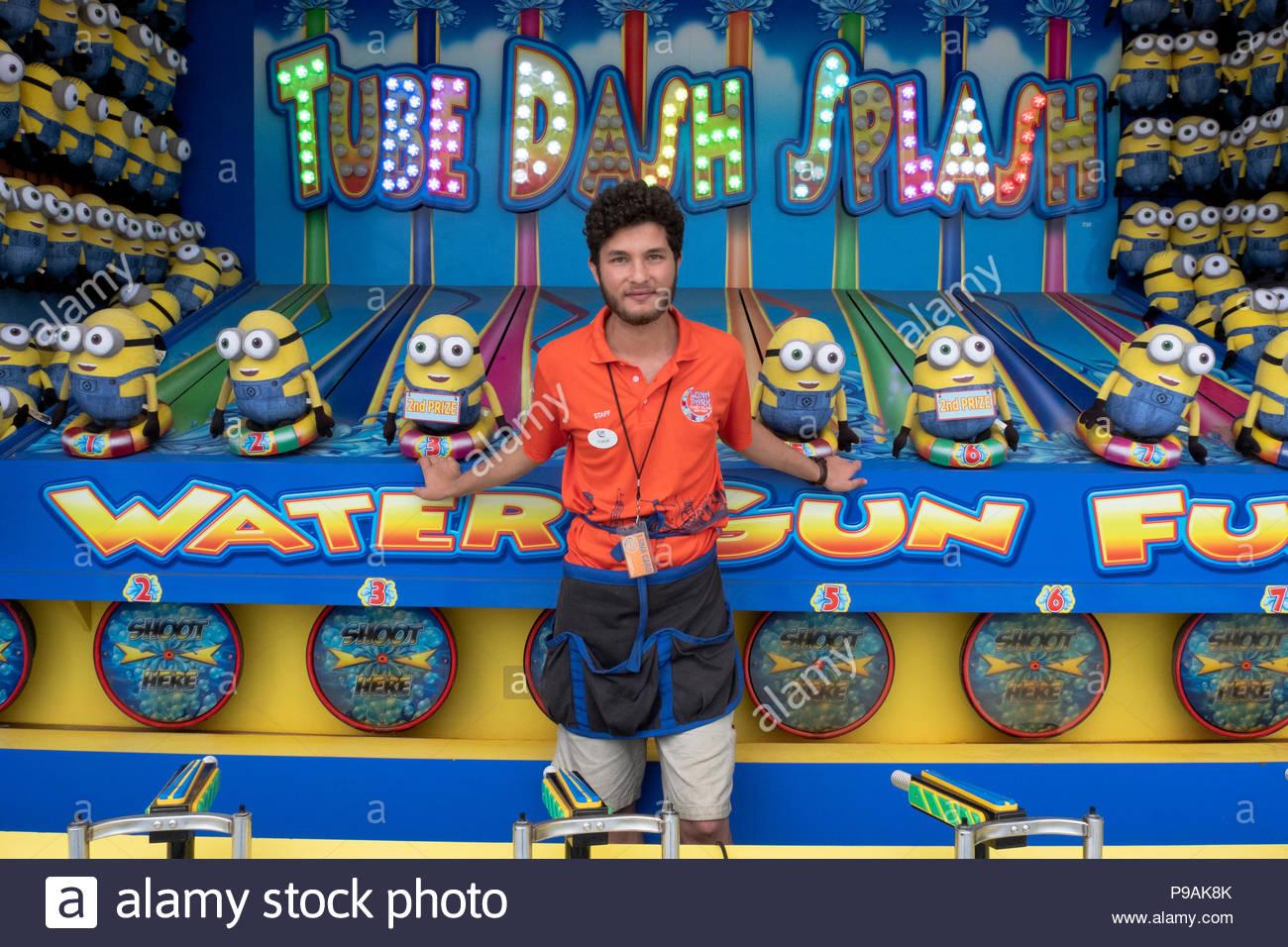 Portrait d'un étudiant turc sur un emploi d'été à un jeu d'amusement sur la promenade à Coney Island, Brooklyn, New York City Photo Stock
