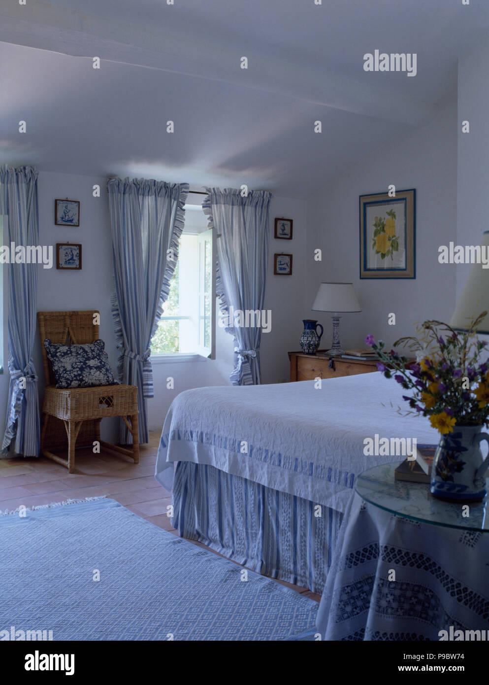 Rideaux à rayures bleu et blanc sur la fenêtre en pays blanc ...