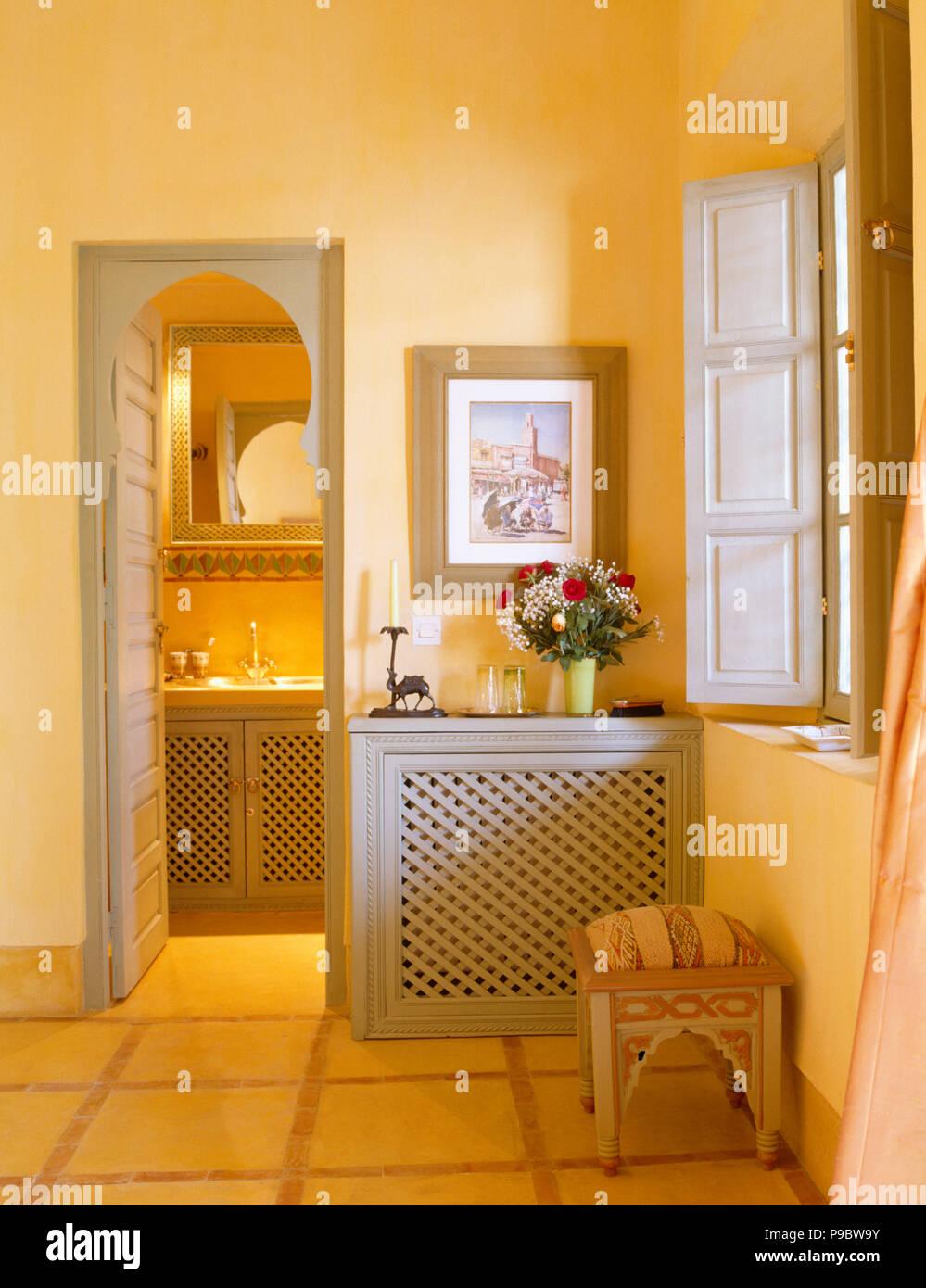 Photo ci-dessus équipé armoire avec portes ajouré gris bside ...