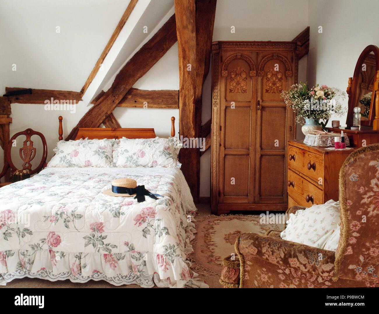 Courtepointe A Motifs De Roses Et Armoire Ancienne En Poutres Apparentes Chambre Pays Photo Stock Alamy