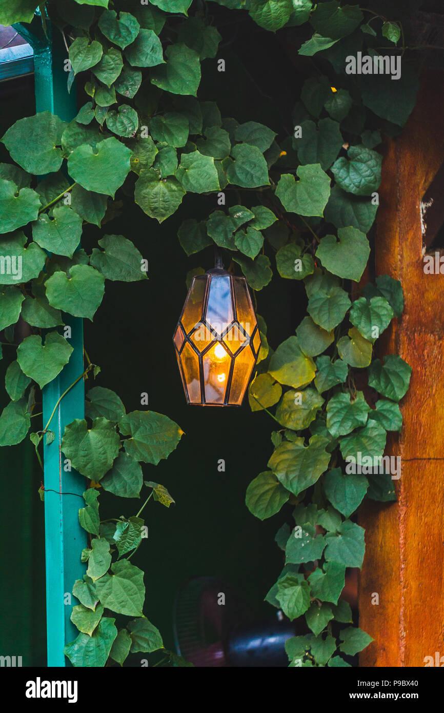 Ancienne Belle Lampe Suspendue A L Exterieur Dans Le Cafe Jardin