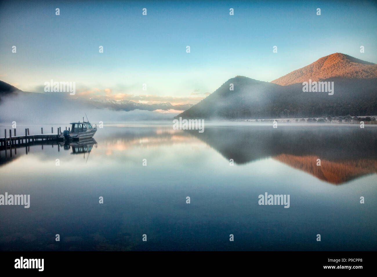 Un matin brumeux et colde au lac Rotoroa, Nelson Lakes National Park, New Zealand. Photo Stock