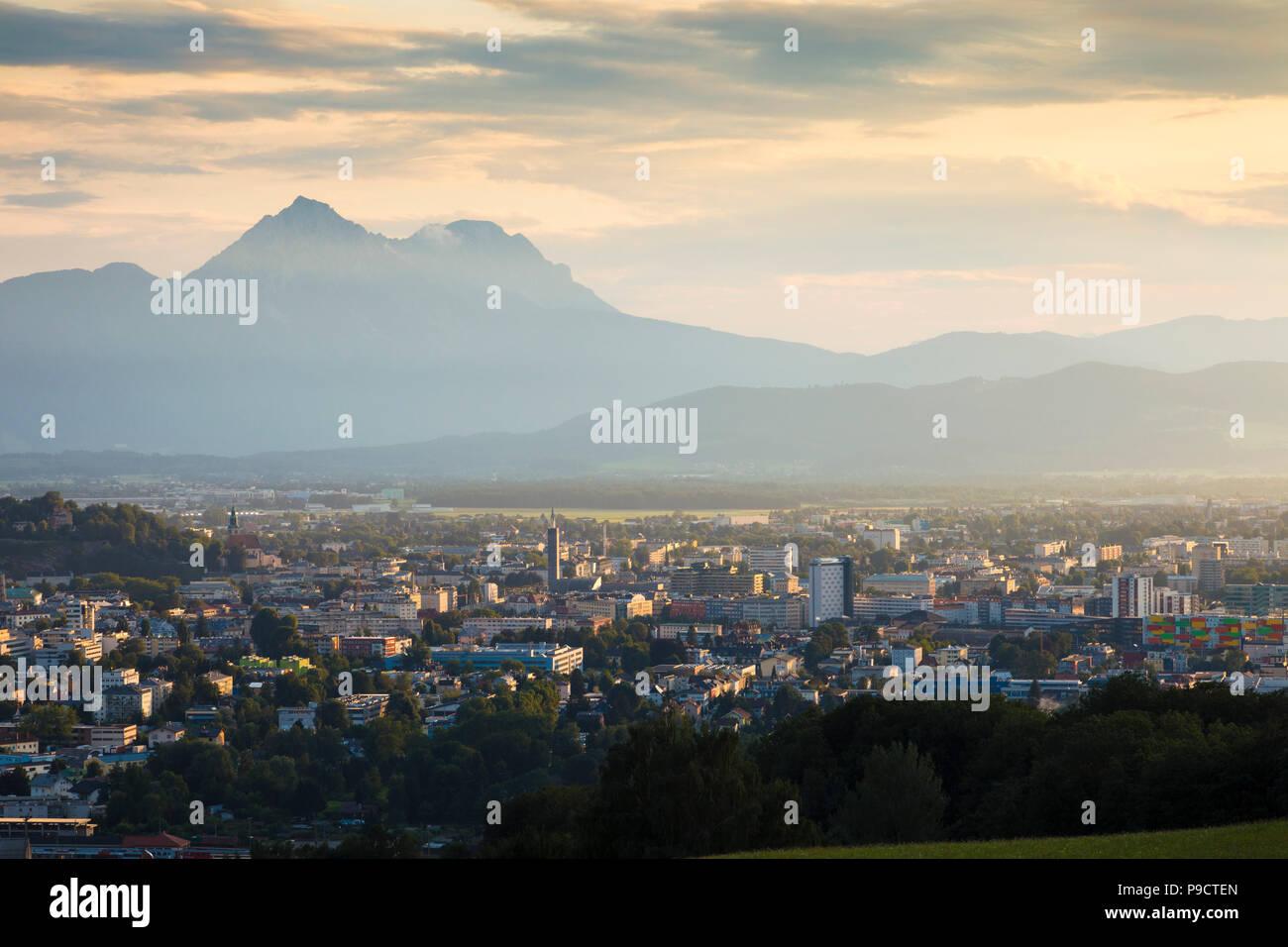 Vue sur Salzbourg, Autriche avec les Alpes autrichiennes derrière, l'Europe Photo Stock