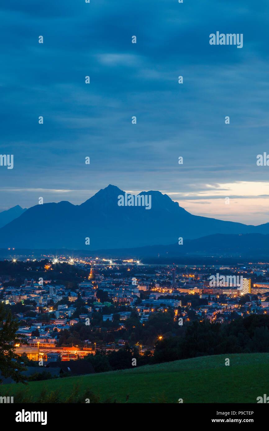 Vue sur Salzbourg, l'Autriche et les Alpes autrichiennes, l'Europe dans la nuit Photo Stock