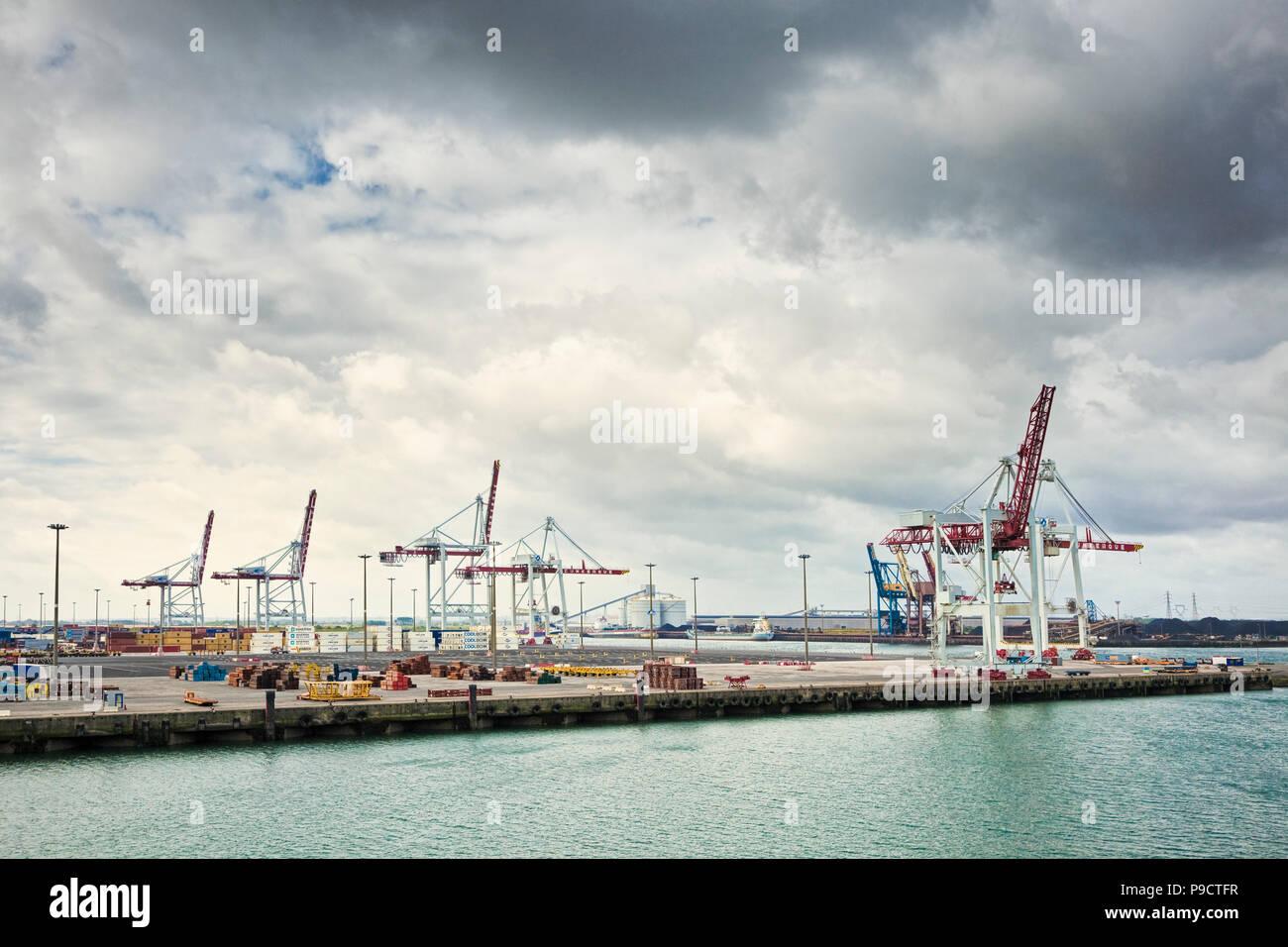Sur les quais de grues le port industriel de Dunkerque, France, Europe Photo Stock