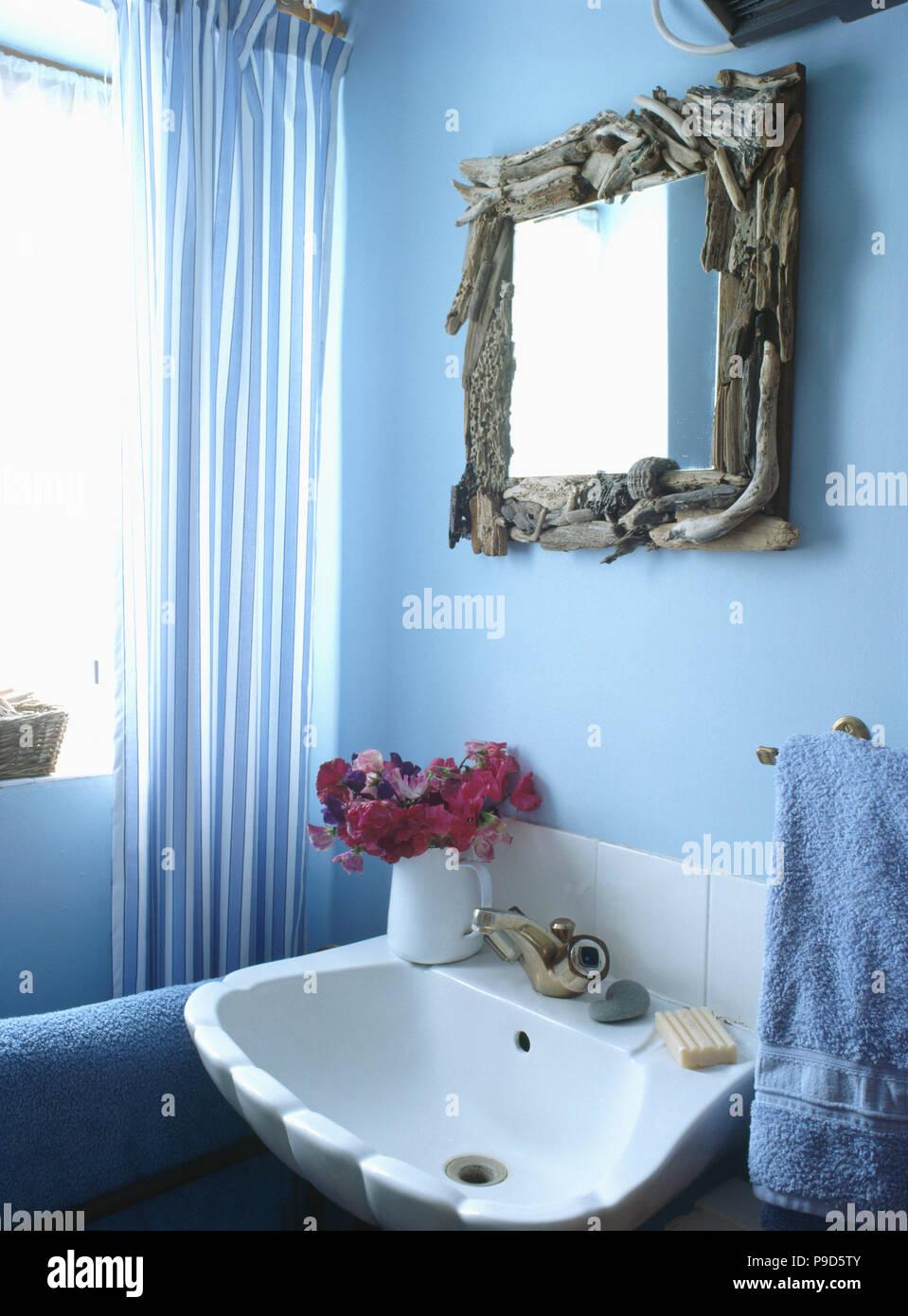 Miroir bois flotté au-dessus du bassin blanc salle de bains ...