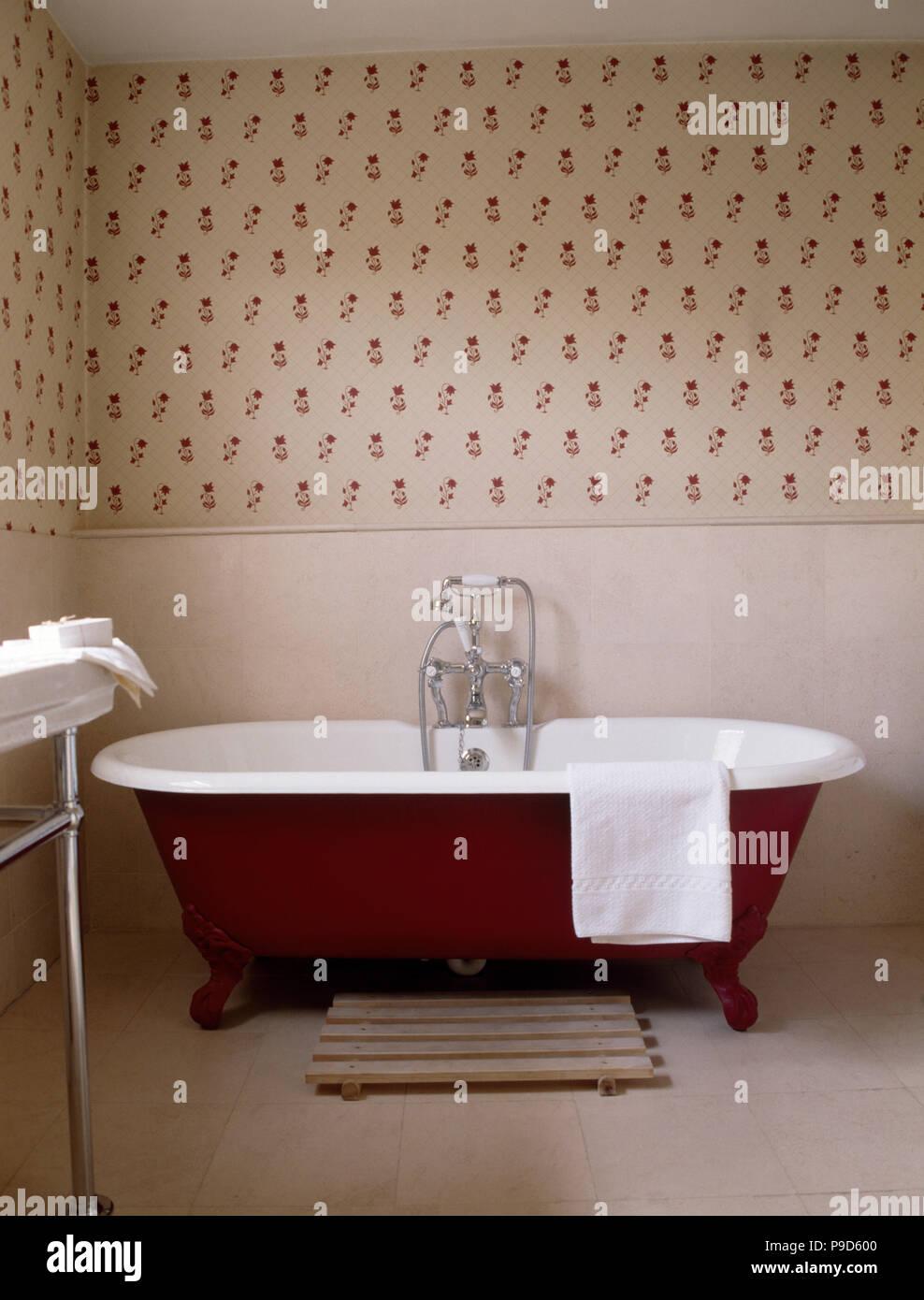 Papier Salle De Bain baignoire rouge dans salle de bain traditionnelle avec