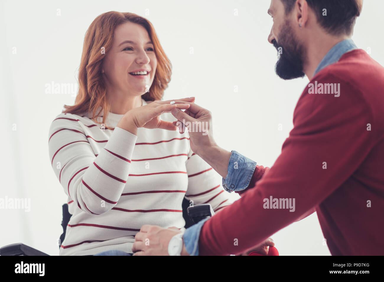 Jeune femme à la recherche heureux lors de l'obtention d'une proposition de son petit ami romantique Photo Stock