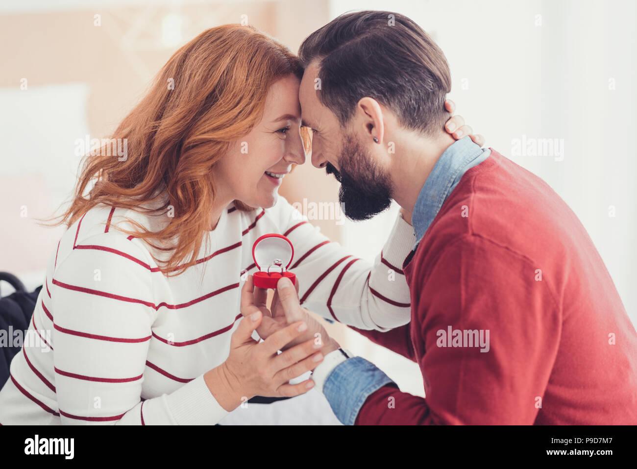 Femme émotionnelle se sentir heureux après son bien-aimé homme faire une proposition Photo Stock