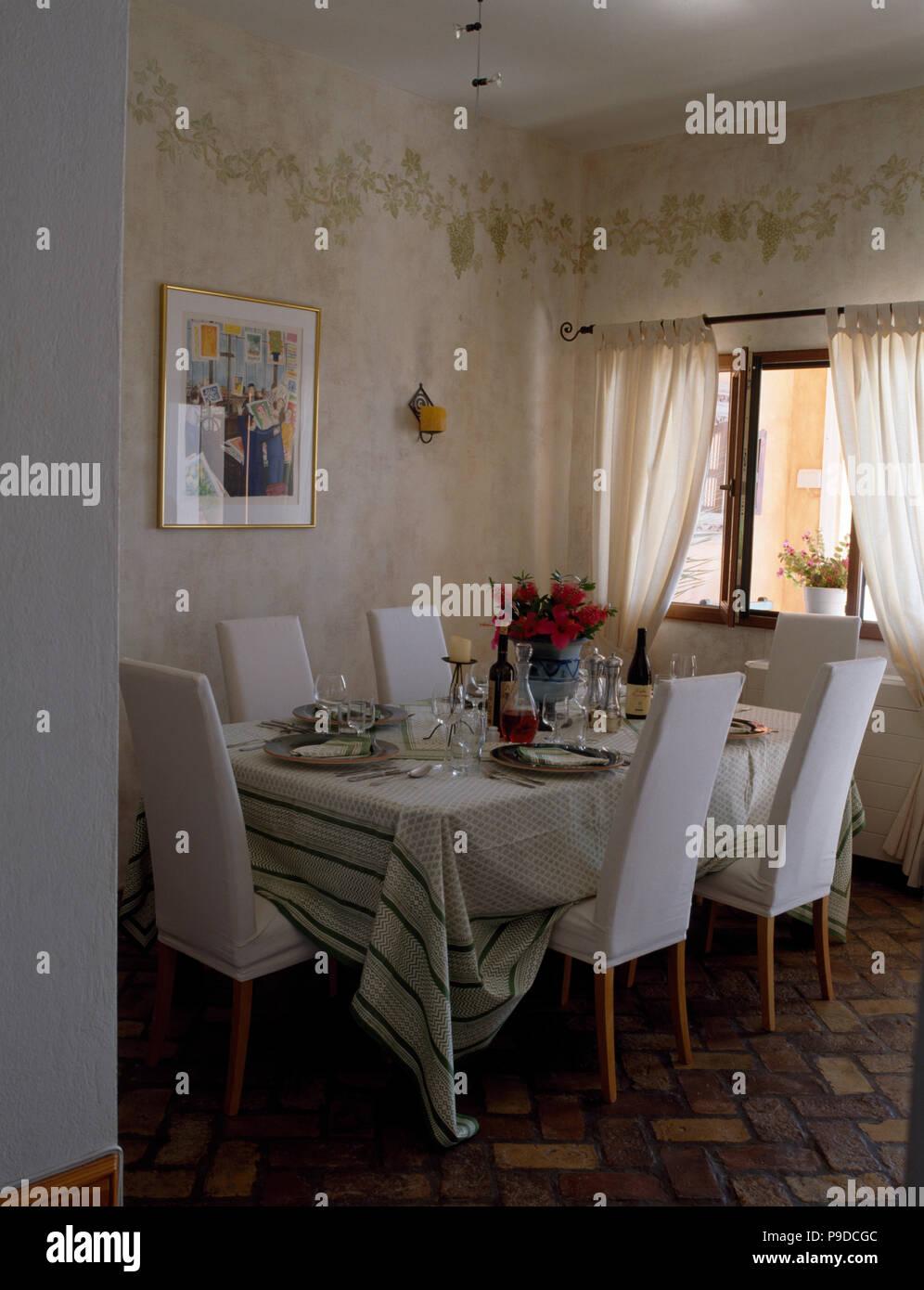 Beau Des Chaises Blanches à Table Avec Un Linge Blanc Fixé Pour Le Déjeuner Sur  La Côte De Salle à Manger Avec Une Bordure Au Pochoir Sur Le Mur