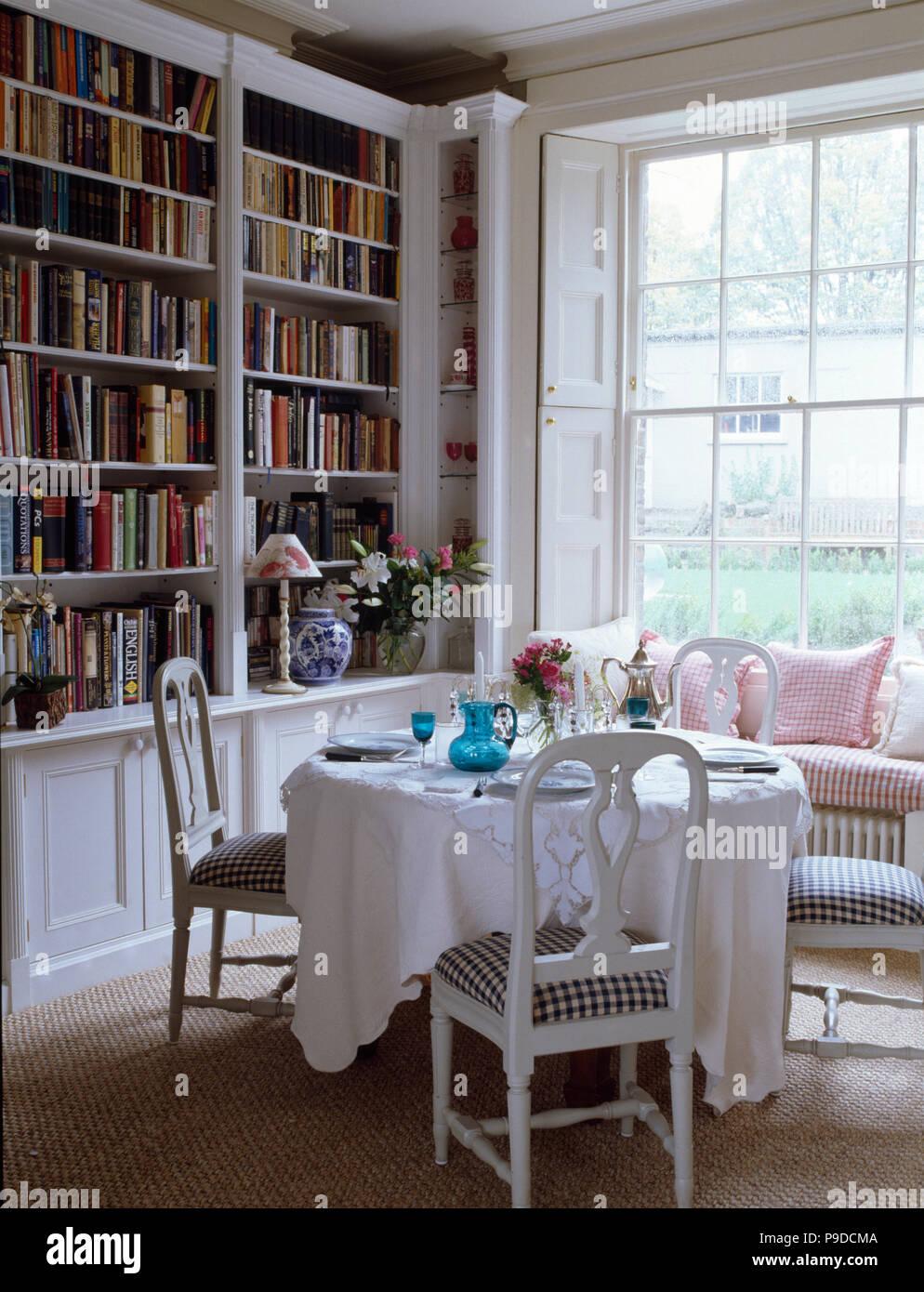 Chaises Peintes Avec Les Sièges En Tissu Blanc Avec Table Pour Déjeuner  Ensemble En Pays Salle à Manger Avec Bibliothèque équipé
