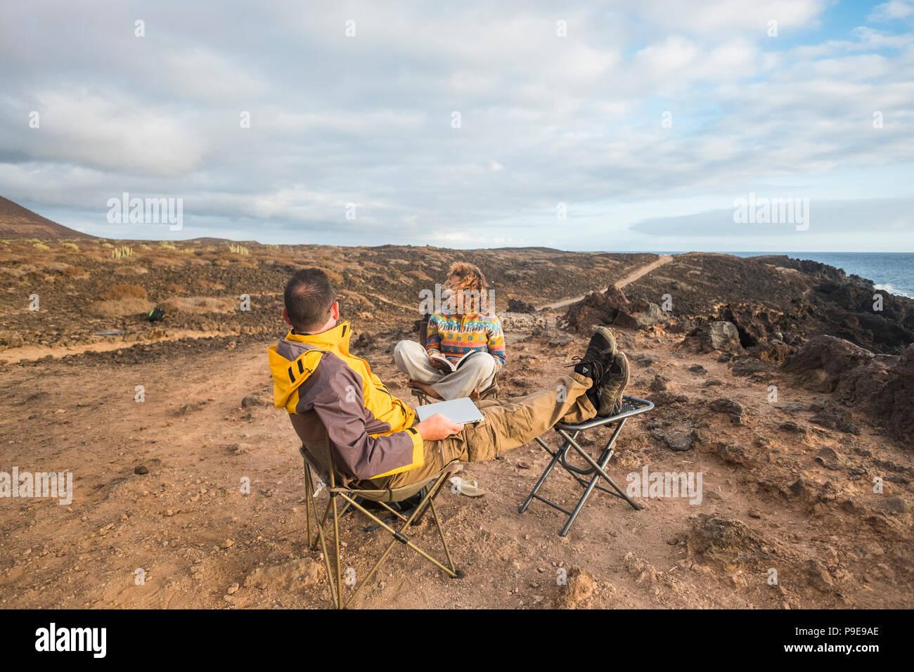Beau couple bénéficiant d'un coucher de soleil à la fin de la journée. billet de vie dans wanderlust pour cacucasian heureux les gens. de rechange bureau avec lapto Photo Stock