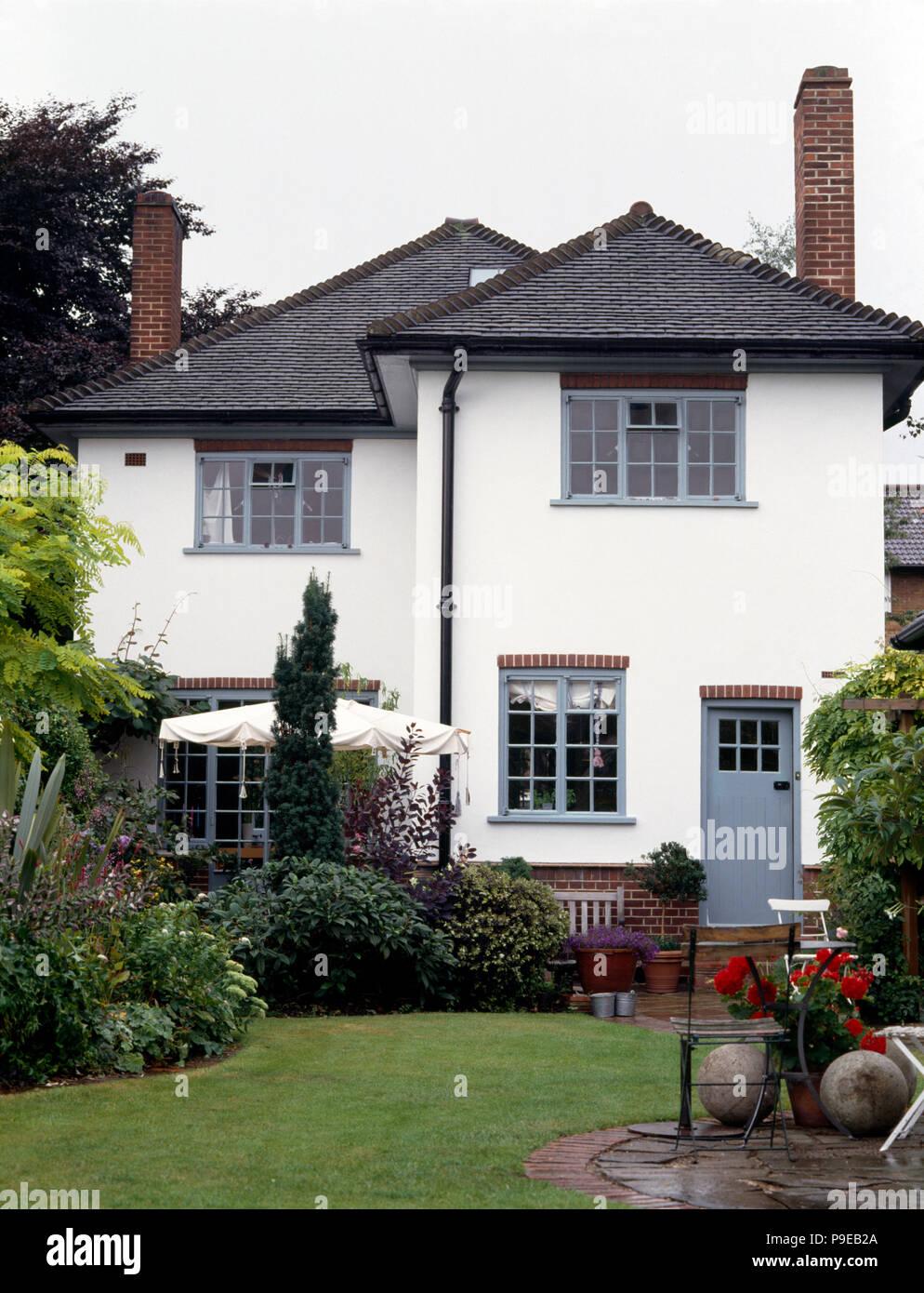Maison Peinte En Blanc Exterieur extérieur d'une maison individuelle des années 30 blanc gris