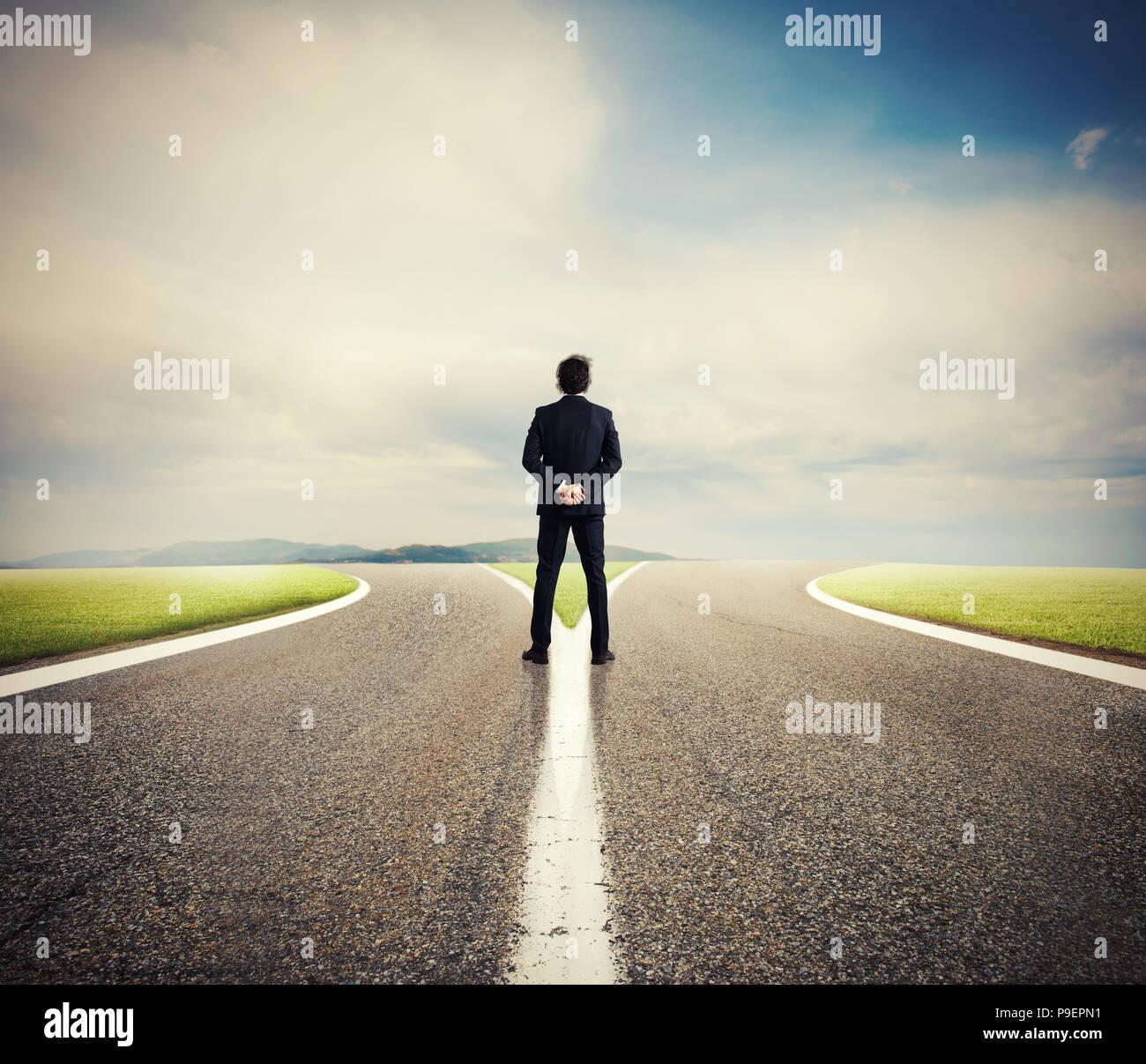 Choix d'un homme à la croisée des chemins. Notion de décision Photo Stock