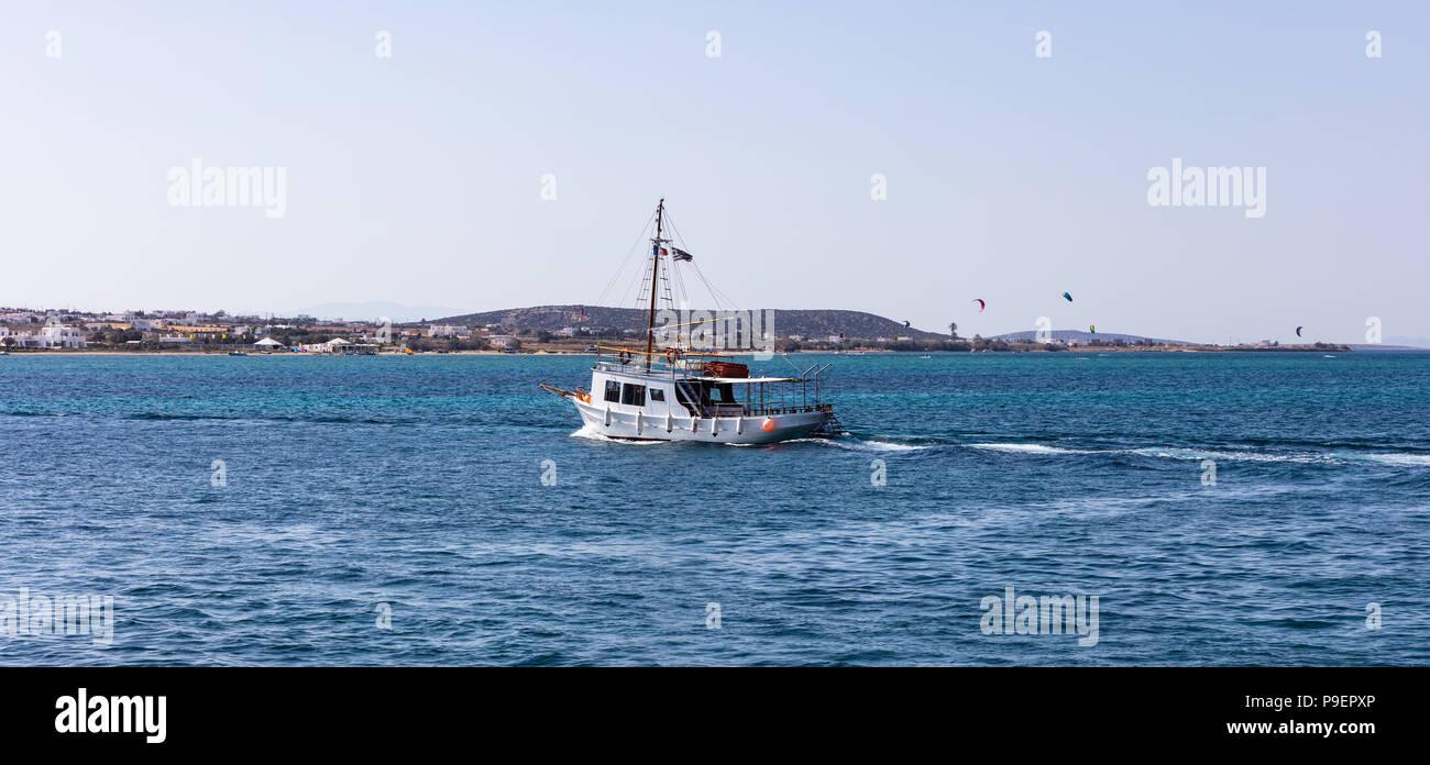 La Grèce. La mer Égée, les Cyclades. Voyage de bateau à l'île de Paros, Antiparos kite surfeurs et bleu ciel et mer contexte Banque D'Images