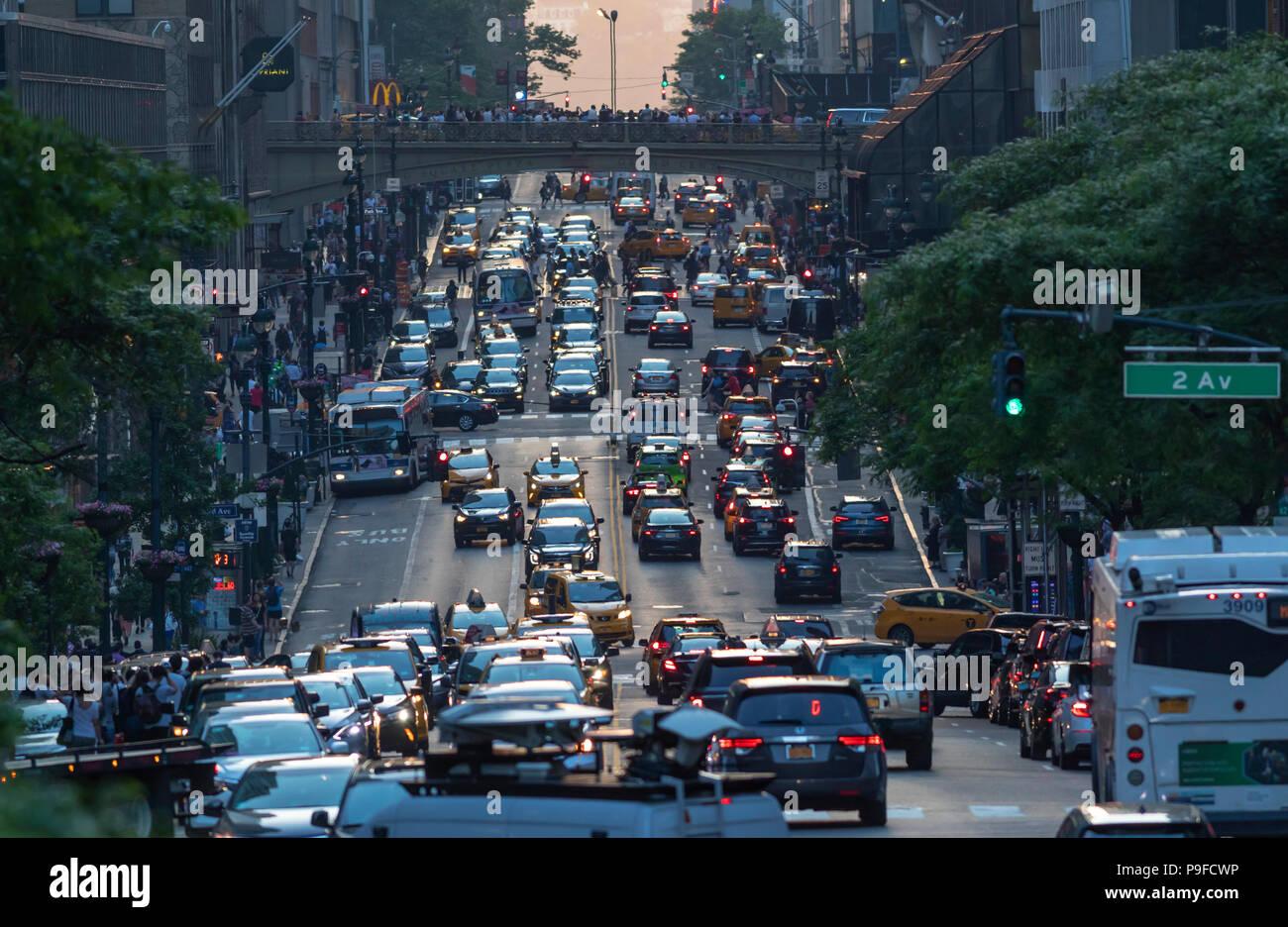 Les embouteillages de piétons et de voitures à Manhattan, New York City. Photo Stock