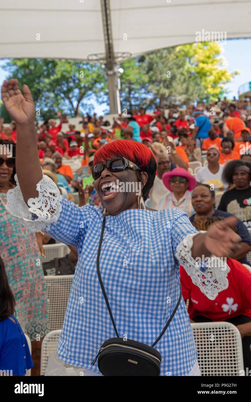 Detroit, Michigan - Journée de l'amitié, un événement qui a réuni plusieurs milliers de personnes âgées à Chene Park pour la musique, la danse et la nourriture. La même Photo Stock