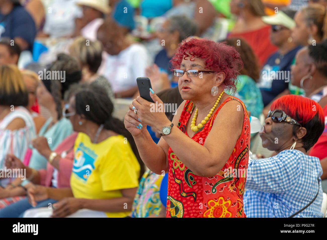 Detroit, Michigan - une femme utilise son téléphone portable pour filmer l'action au cours de la Journée de l'Amitié Senior, un événement qui a réuni plusieurs milliers de Senior Citizen Photo Stock