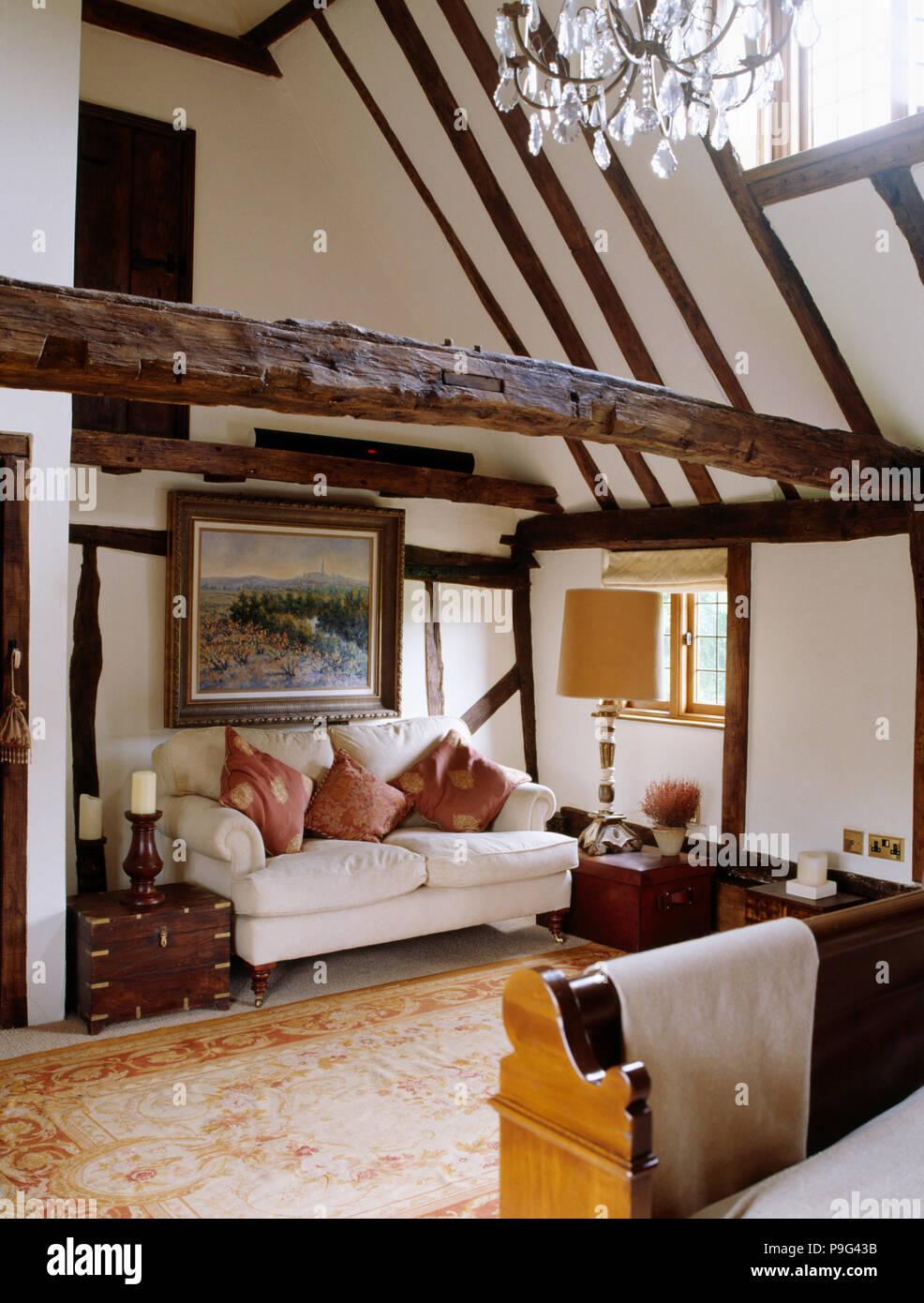 Canapé blanc ci-dessous grande photo en pays chambre avec ...