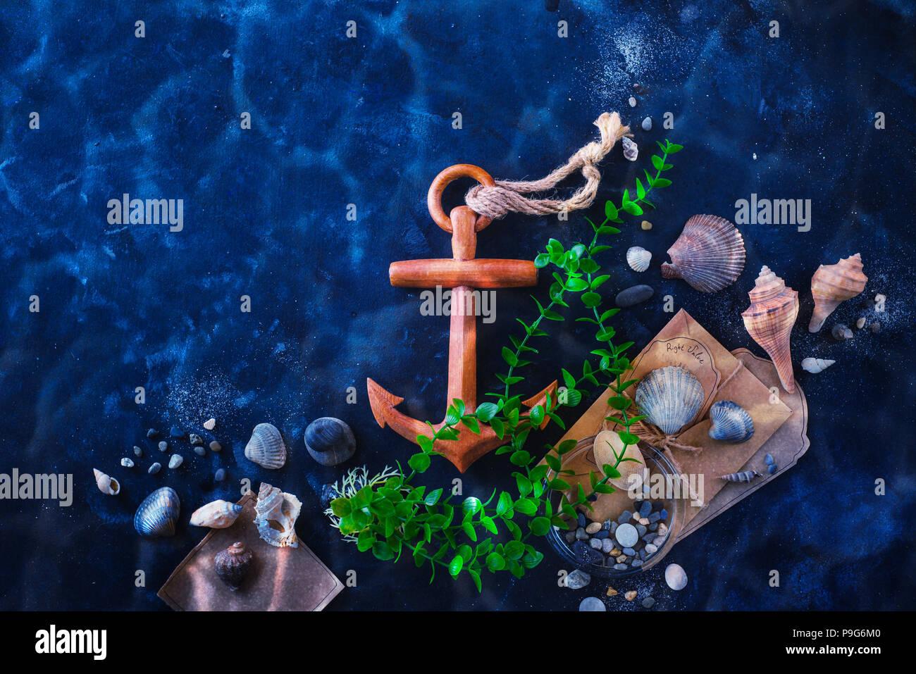 L'ancrage et l'algue dans une vie encore sous-marine sur un fond sombre avec de l'eau. Voyages en mer et plongée sous-marine concept avec copie espace Photo Stock
