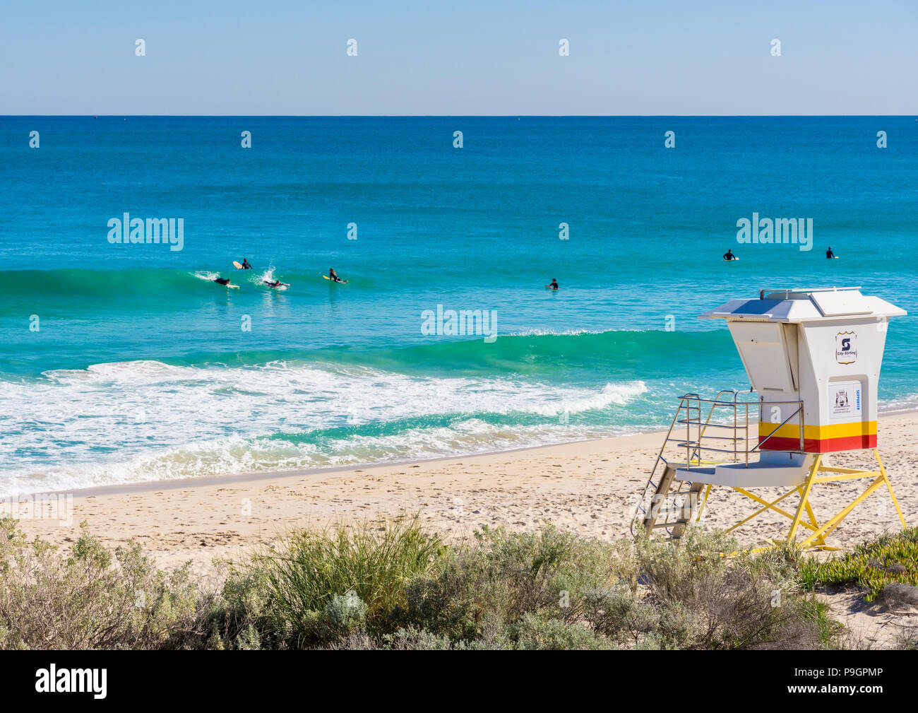 Les surfeurs à Scarborough Beach, Perth, Australie occidentale Photo Stock
