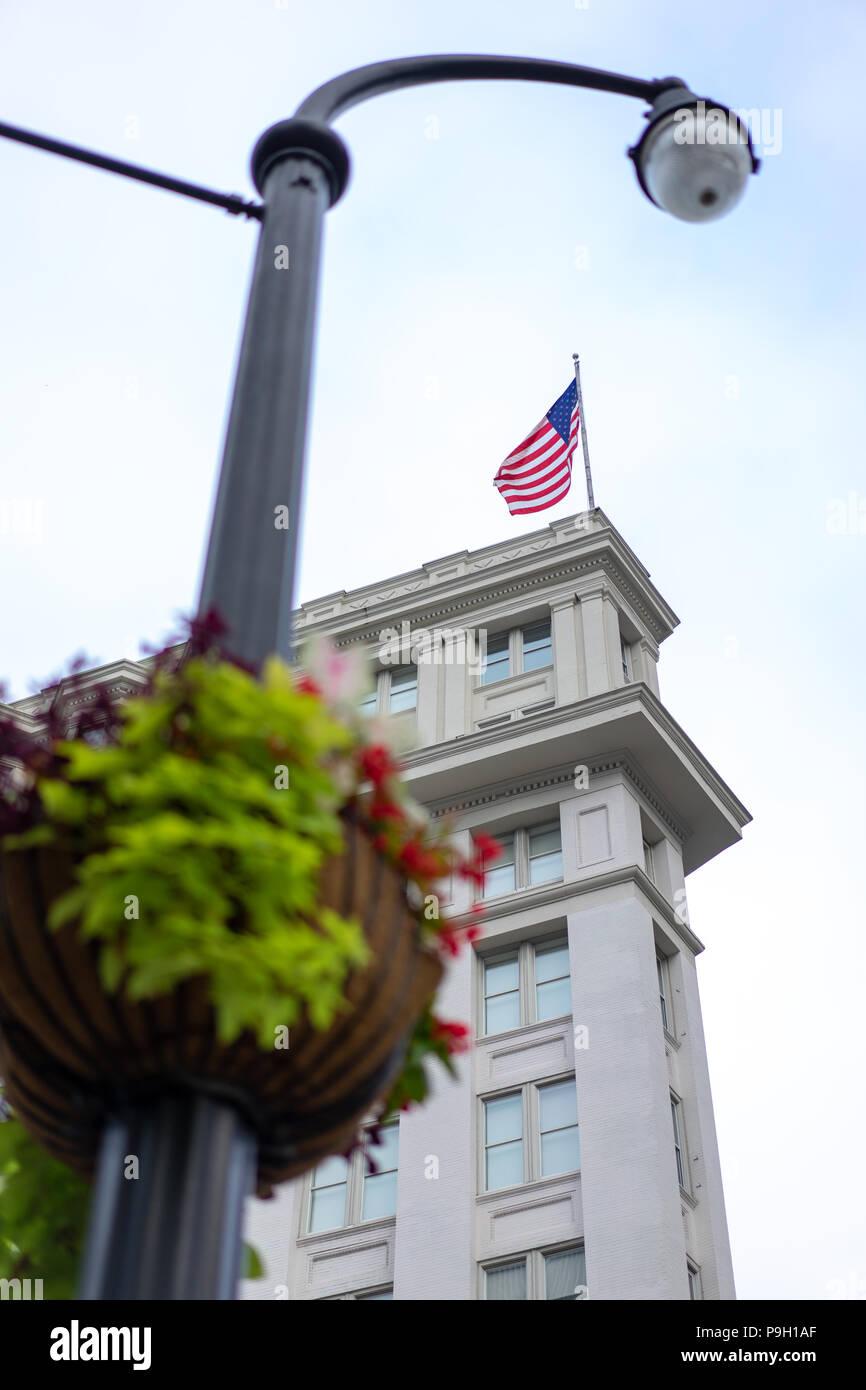 Pole de lumière décorées et drapeau Américain Photo Stock