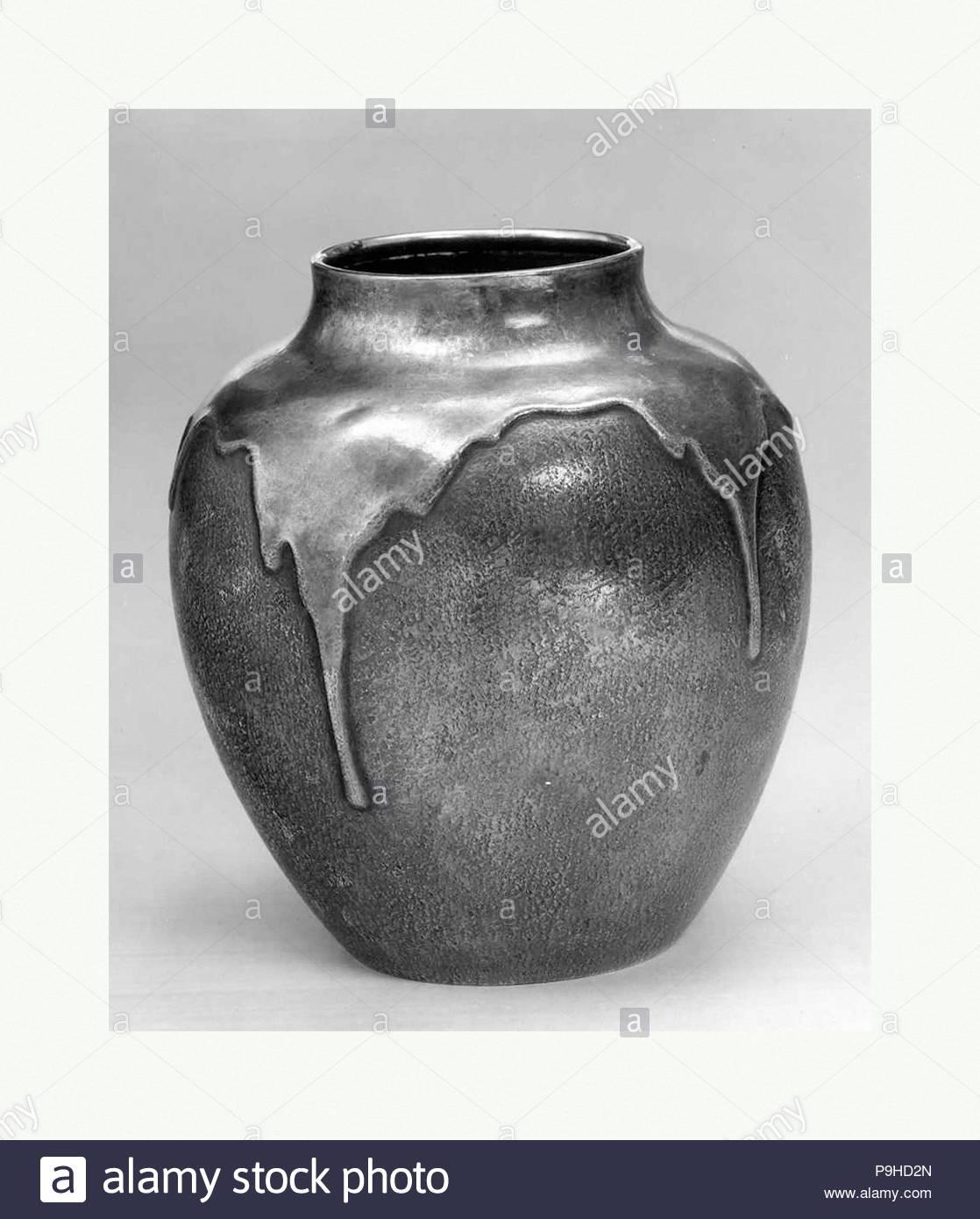 Cruche d eau, période Meiji (1868-1912), fin du xixe siècle, le Japon, l  argent, H. 6 1 2 in. (16,5 cm)   O. 5 1 2 in. (14 cm)   W. (à la base) 3. c73461af625
