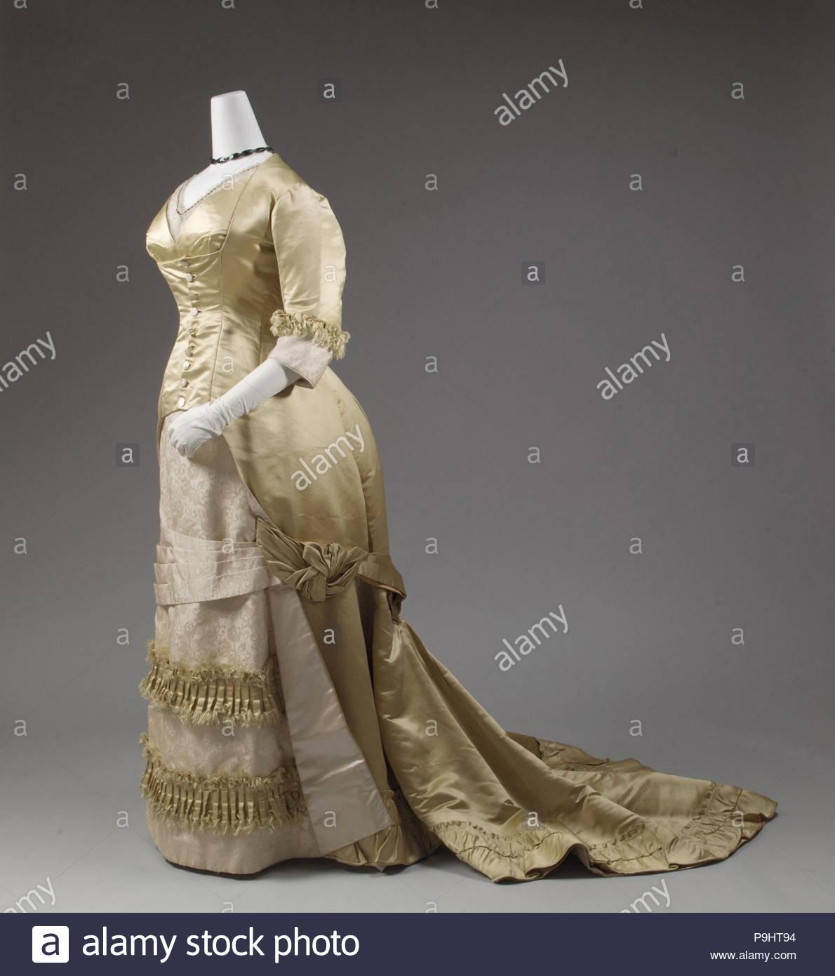 Robe de soirée, 1877-82, Européen, soie, avec couture mécanisée devenir omniprésente, ainsi que les infirmières de penchant pour les parures faits à la machine tels que braid, la dentelle et les rubans, la robe de la femme est devenue la base sur laquelle élaborer la décoration de surface a été appliqué. Photo Stock