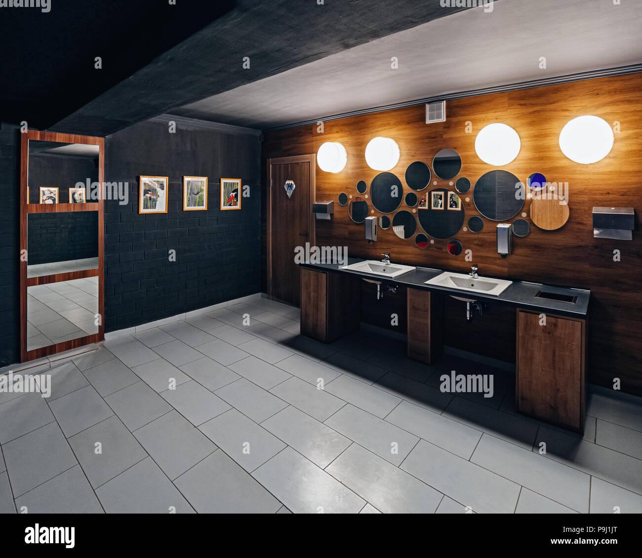 Restaurant Moderne Avec Toilettes Et Décoration En Bois