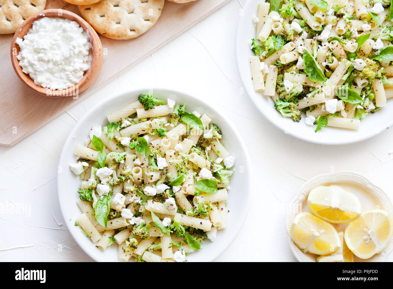 Deux bols de pâtes avec des légumes bio Photo Stock