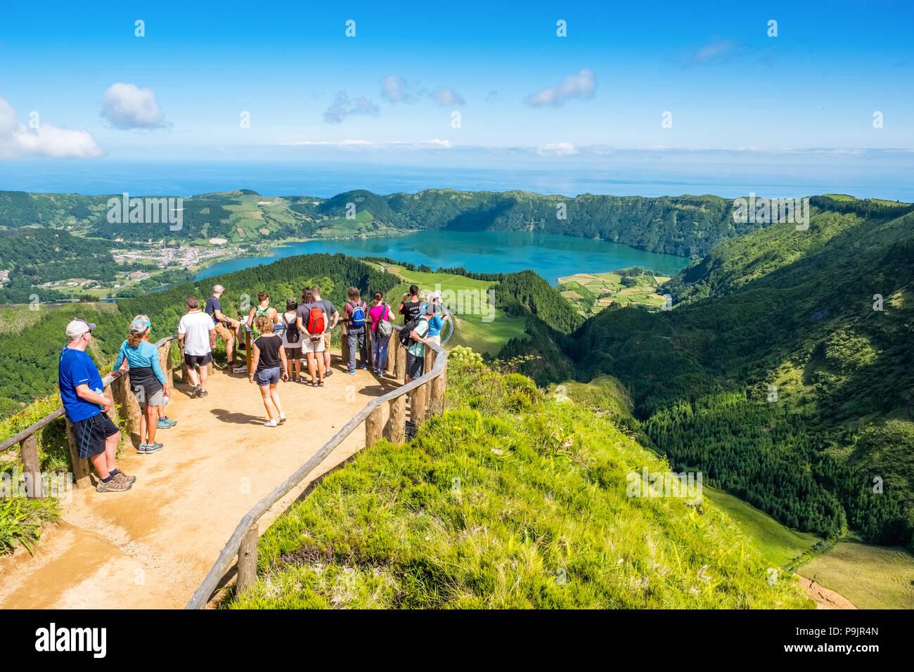 Les touristes à un point de vue sur Sete Cidades, deux lacs et un village dans le cratère d'un volcan dormant sur l'île de Sao Miguel, Açores Photo Stock