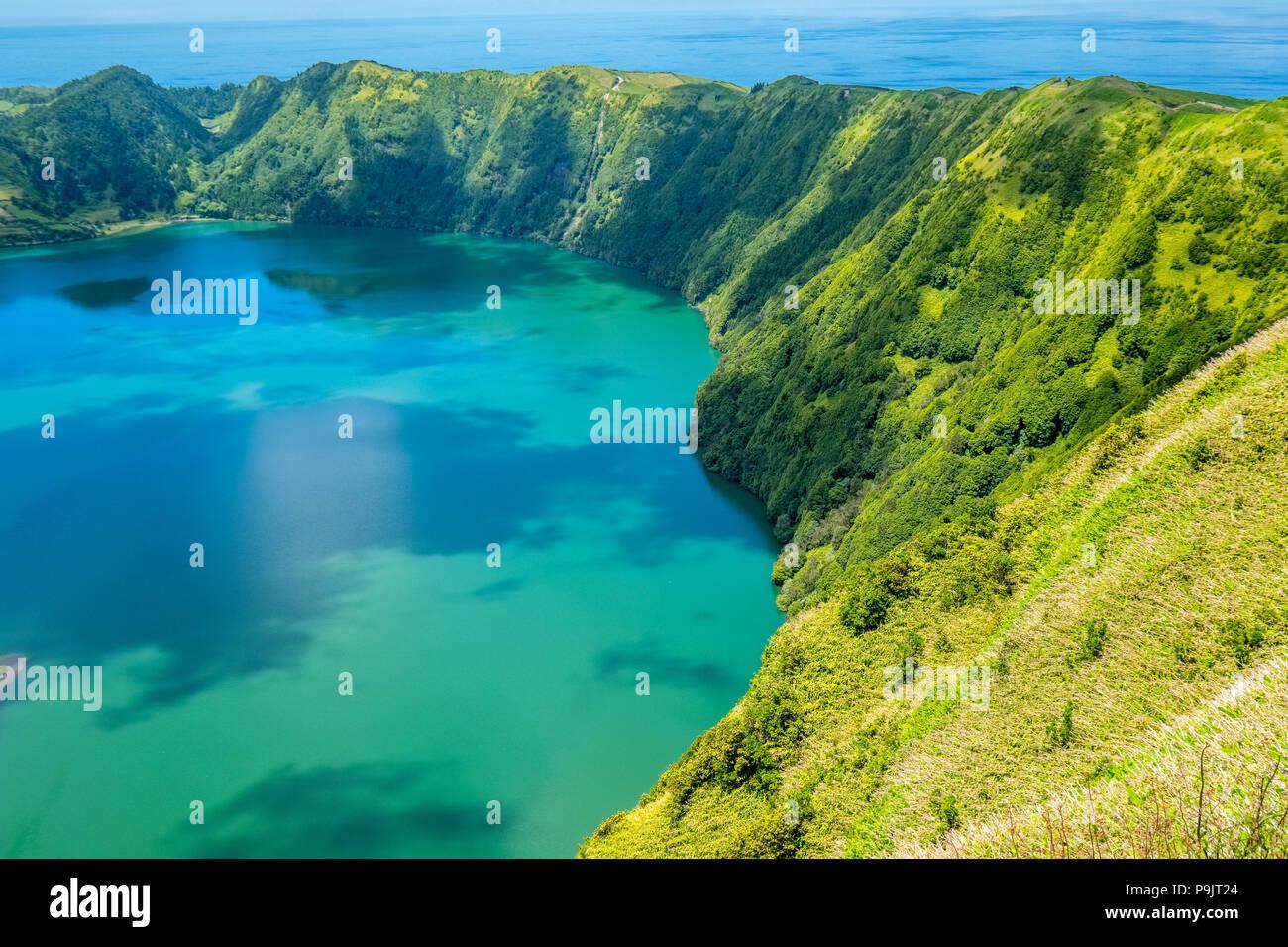 Sete Cidades, deux lacs et un village dans le cratère d'un volcan dormant sur l'île de Sao Miguel, Açores Photo Stock