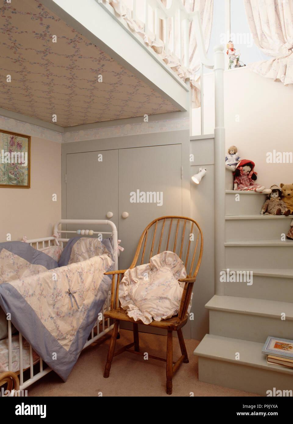 Windsor Chaise A Cote De Blanc Lit Bebe Dans La Chambre De L Enfant