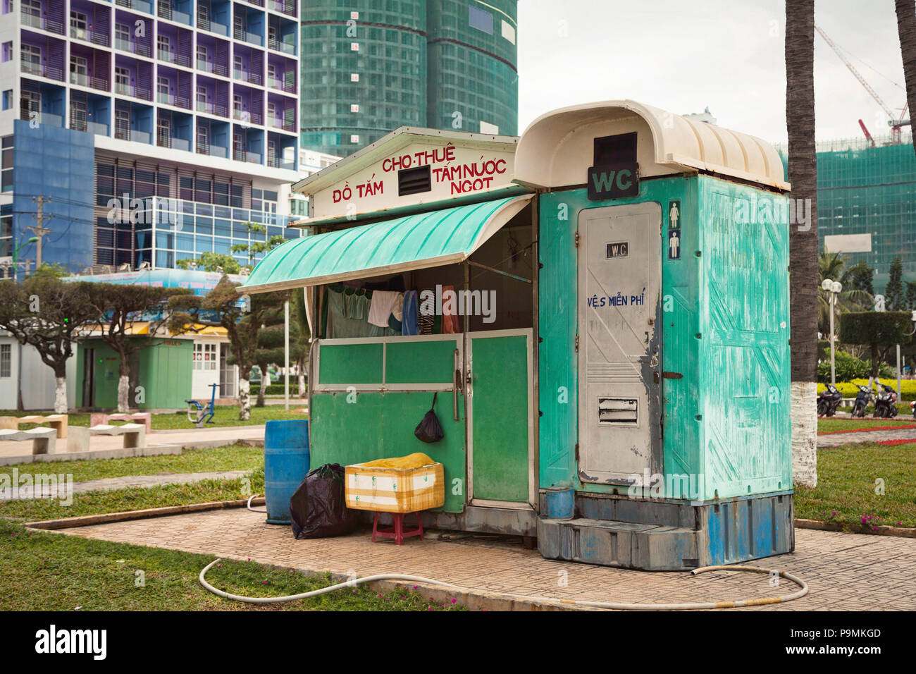toilettes et douche extérieure cabine en plastique sur une plage. wc