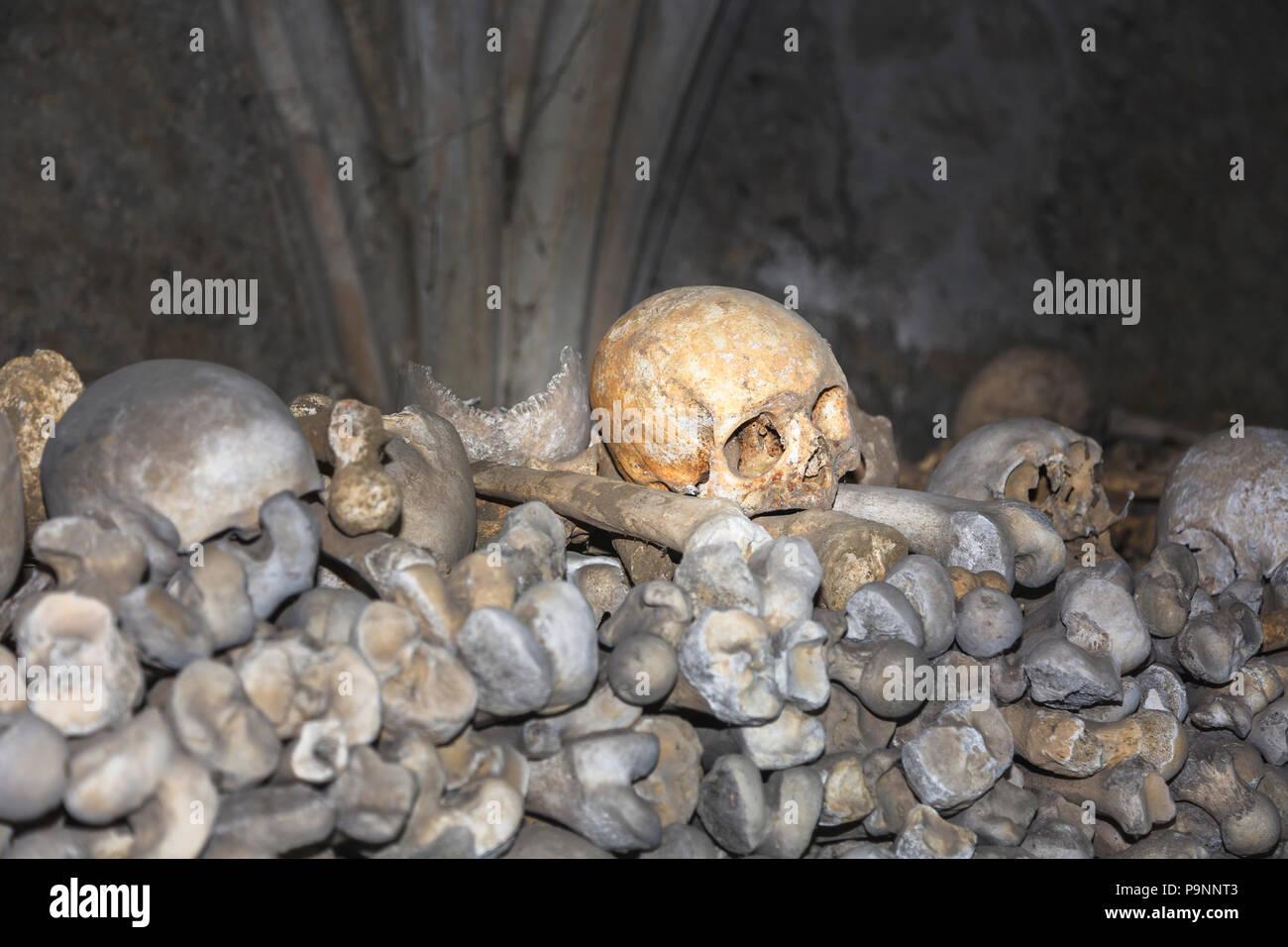 Église St Leonard's dans la ville de Cinque Port Hythe, dans le Kent contient un ossuaire inhabituelle avec des tas de crânes humains et des os Banque D'Images